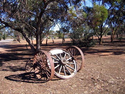 Kimba Caravan Park Motel - Kimba: Rustic wheels in the park provide old world charm