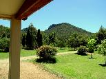 Sandy Hollow Tourist Park - Sandy Hollow: View of mountains from cottage verandah